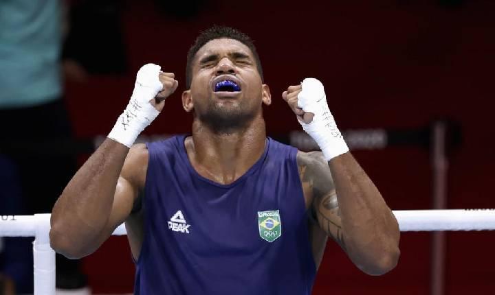 Abner Teixeira derrota jordaniano e garante ao menos o bronze no boxe na Olimpíada de Tóquio