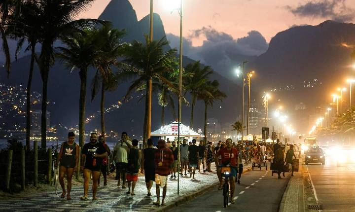 Adesão à vacinação no Brasil derruba mortes, internações e contágios por Covid-19