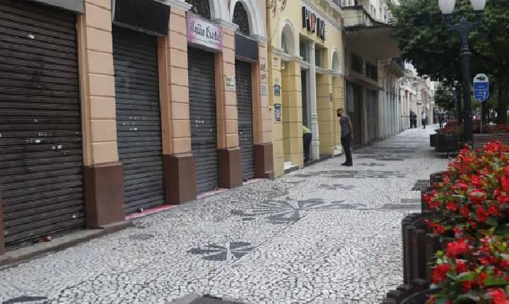 Com aumento de casos, Paraná amplia toque de recolher e volta a fechar comércio aos domingos