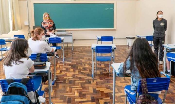 Governo do Paraná determina retorno de estudantes às aulas presenciais na rede estadual. Veja exceções